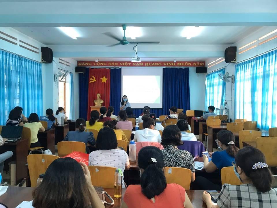 Cô Lê Thị Kim Thúy - Hiệu trưởng nhà trường nhắc nhở giáo viên triển khai Hướng dẫn học sinh ôn tập, tự học ở nhà trong thời gian tạm nghỉ học phòng, chống dịch Covid-19.